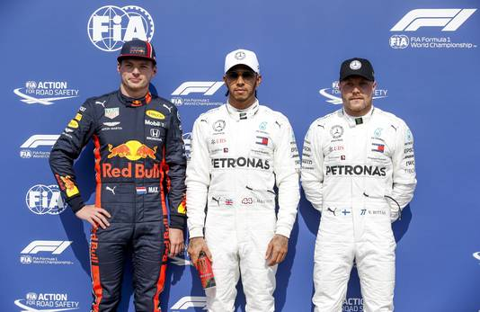 Verstappen start vanmiddag tussen de Mercedessen van Lewis Hamilton en Valtteri Bottas.