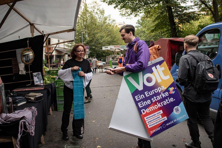 Paul Loeper deelt flyers uit voor Volt. Onder zijn arm posters die hij op lantaarnpalen gaat aanbrengen. Beeld Kerem Uzel
