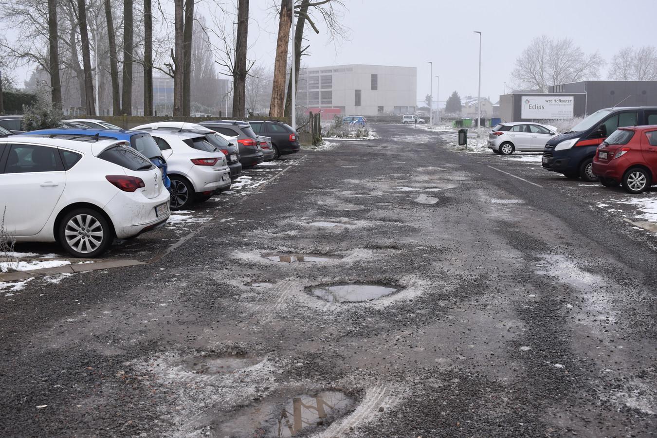 De parking ligt vol met diepe putten.