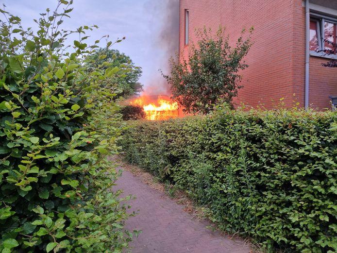 Grote vlammen slaan uit de brandende overkapping in Wageningen.