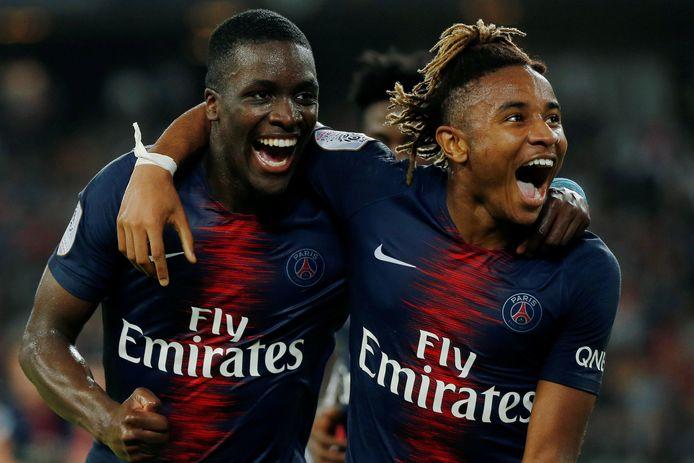 Nsoki (links) viert een doelpunt bij PSG