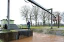 Naast het gemaal Espelo (voorgrond) in de Soestwetering vlakbij de Oosterhuisweg, is ook een stuw, om water vast te houden of af te laten voeren. Het gemaal kan gebruikt worden om water het gebied in te pompen.