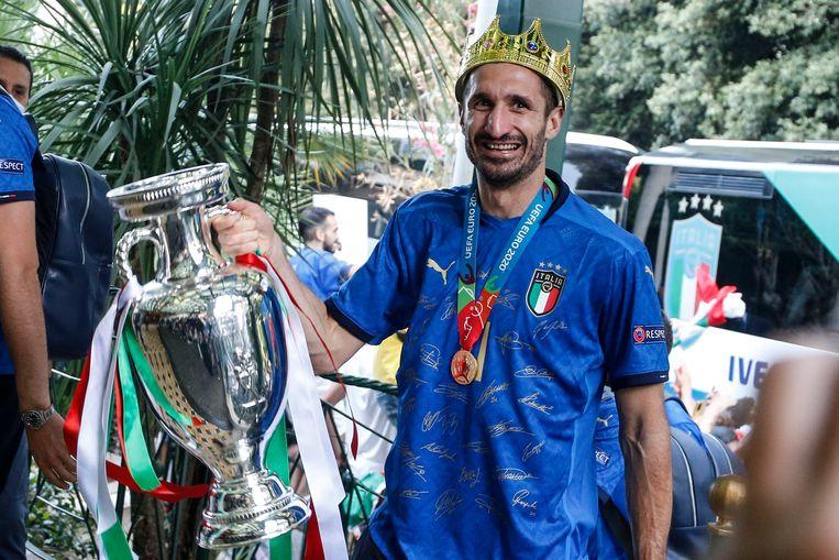 Giorgio Chiellini, de kapitein van de Italiaanse nationale voetbalploeg, met de hoofdtrofee van het EK in zijn hand.  Beeld EPA