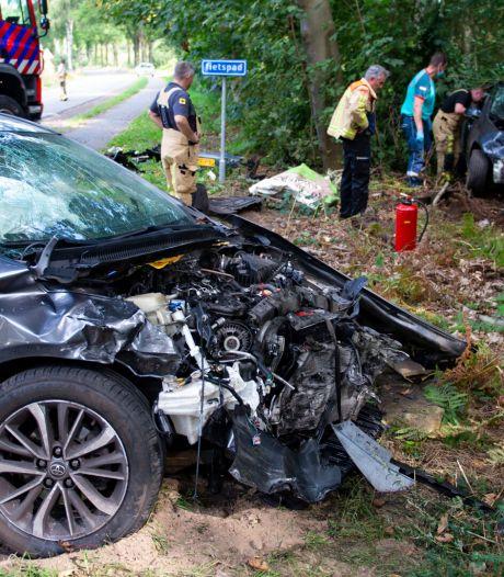 Forse schade aan twee auto's door botsing op Peeldijk bij Milheeze
