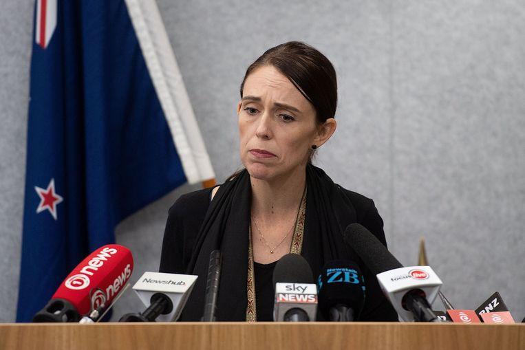 De Nieuw-Zeelandse premier Jacinda Adern staat de pers te woord. Beeld AFP