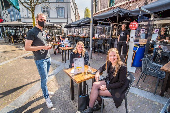 Annelies Kamp en Mares de Bruijn bestellen als eerste hun drankje bij  het Hookhoes in Almelo.