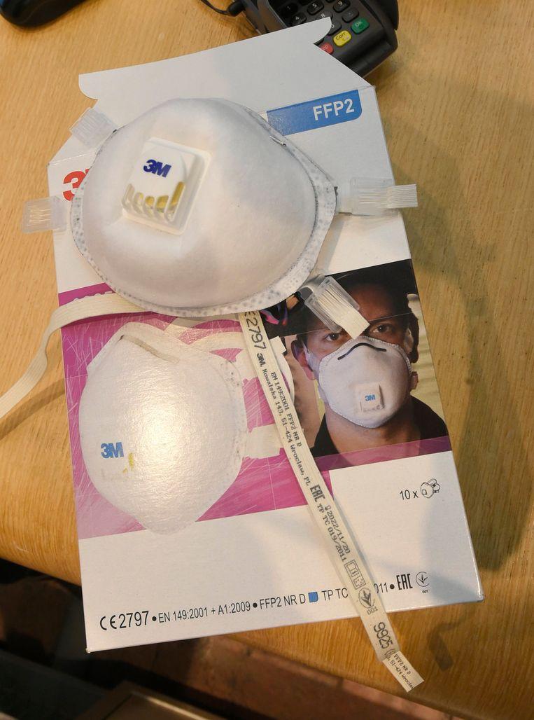 Een FFP2-masker van het merk 3M. Om coronapatiënten te behandelen volstaan chirurgische of stoffen maskers niet. Beeld Photo News