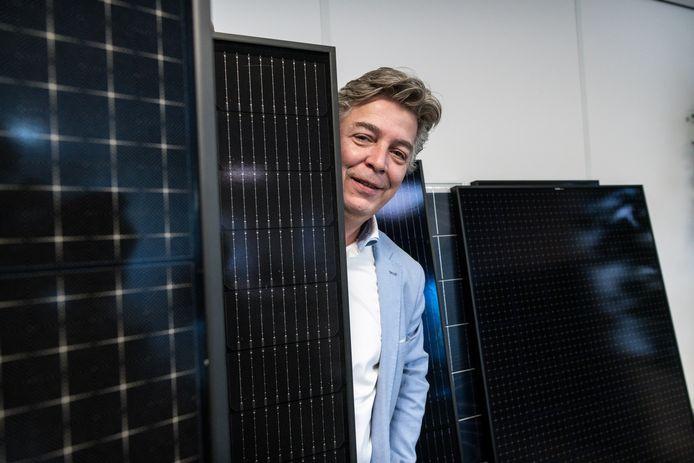 Peter Niekolaas van Schone Stroom Oost, tussen de zonnepanelen.
