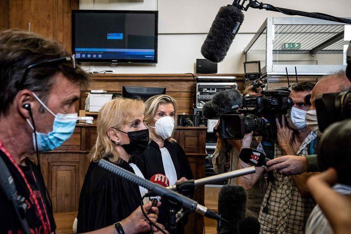 Janine Bonaggiunta (links) en Nathalie Tomasini, de advocaten van Bacot, staan cameraploegen te woord.