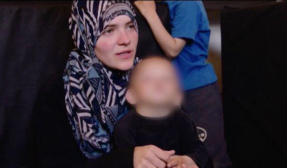 De Belgische IS-strijdster Tatiana Wielandt met een van haar kinderen.