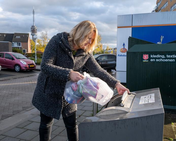 De containers voor het plastic, zoals hier in de Goese Polder, worden veelvuldig gebruikt door Goesenaren.