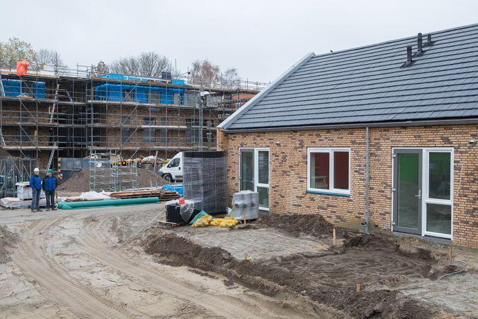 Archiefbeeld uit 2017 van de nieuwbouw van het appartementencomplex en diverse woningen aan de Westdorplaan in Raalte.