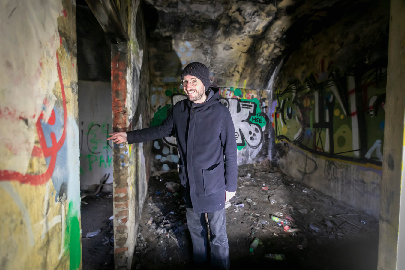 Zo zag de bunker er vorig jaar januari uit. Vol graffiti, smerig zand, zwerfafval en de restanten van fikkies die er werden gestookt.
