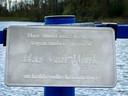 Het herdenkingsplaatje aan het hek op het steigertje waar Bas van Wijk stierf