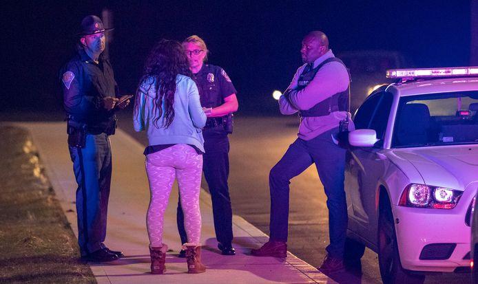 Politiewoordvoerdster Genae Cook wordt aangesproken door een vrouw die op zoek is naar informatie.