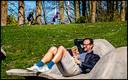 Over het algemeen is het rustig buiten, op de zonovergoten zondag. Deze meneer leest een boek in het Haarlemmermeerse Bos, terwijl op de achtergrond een vader met zijn dochter een mountainbike-parcours aflegt