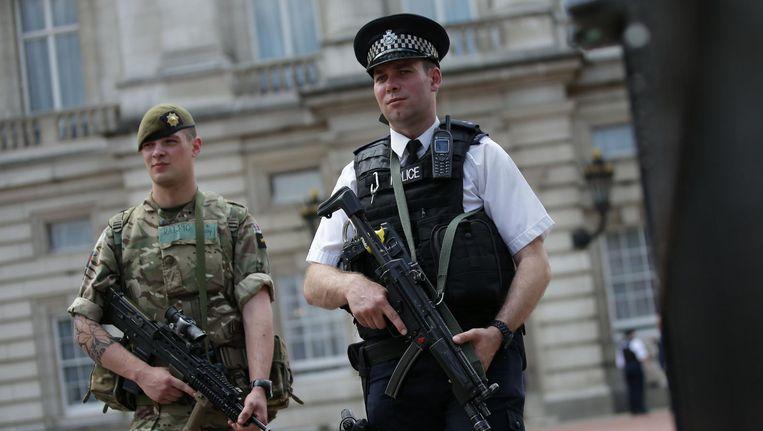 Militairen zijn de straat op gestuurd in Groot-Brittannië voor extra bewaking van belangrijke plekken. Beeld afp