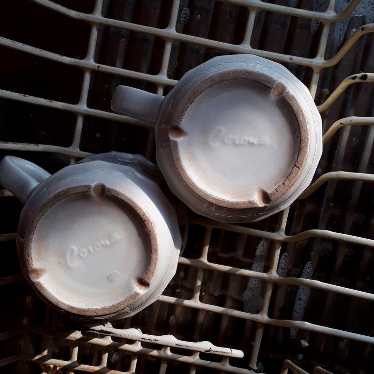Toepasselijke kopjes in het afwasrek: Corona. Beeld Desiree van den Bogaard