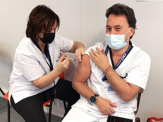Le docteur Philippe Devos a reçu la première dose du vaccin contre la Covid-19.