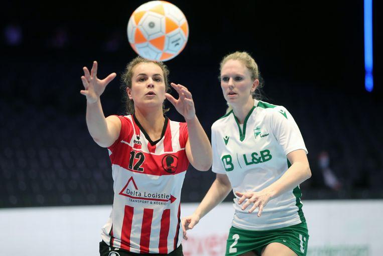 Fortuna-speelster Fleur Hoek (links) wordt geschaduwd door Julie Caluwe van PKC. PKC uit Papendrecht werd in de finale tegen Fortuna voor de tiende keer landskampioen.  Beeld Marco Spelten