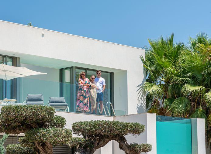 Christine, haar zoon en zijn vriendin op hun terras, naast het spectaculaire zwembad.