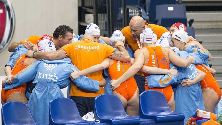 De Nederlandse waterpolosters voor aanvang van de halve finale tegen Spanje. Beeld anp