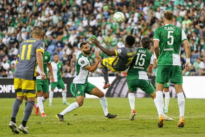 Luis Sinisterra probeert tevergeefs om te scoren met een omhaal. Het bleef 0-0 in Haifa.