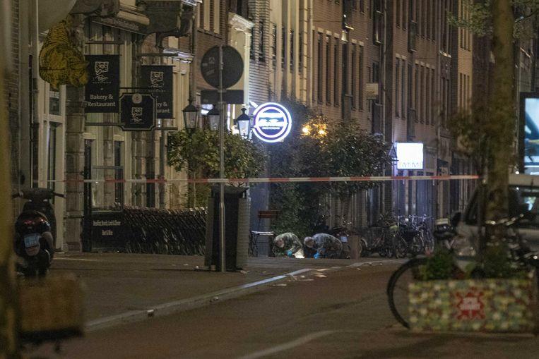 Amsterdam, 21 april 2019: rechercheurs doen onderzoek nadat voor de tweede maal binnen 24 uur een handgranaat is aangetroffen in de Spuistraat nabij coffeeshop New Times. Beeld ANP