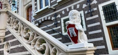 Grappig: er staat een 'nieuw' leeuwtje bij het stadhuis van Alkmaar en dit is waarom
