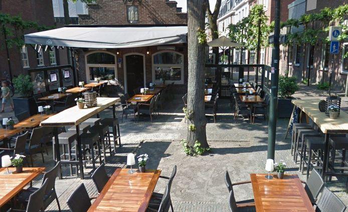 Terras van ZinIn, het voormalige VVV-huisje aan De Lind in Oisterwijk, omringt een lindeboom. Het plan om daar een zitbank omheen te maken, gaat voorlopig niet door.