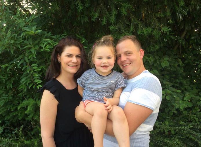 Rosalinda Neele met haar dochtertje Noor en partner Tim.