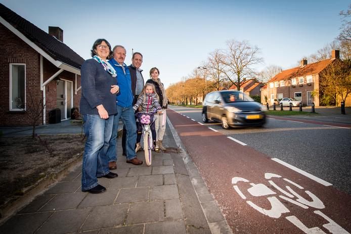 Bewonersgroep Zorg om Bosschenhoofd stond vorig jaar al langs de weg te kijken hoe het verkeer voorbij raast. Nu wordt het fietspad verbreed.