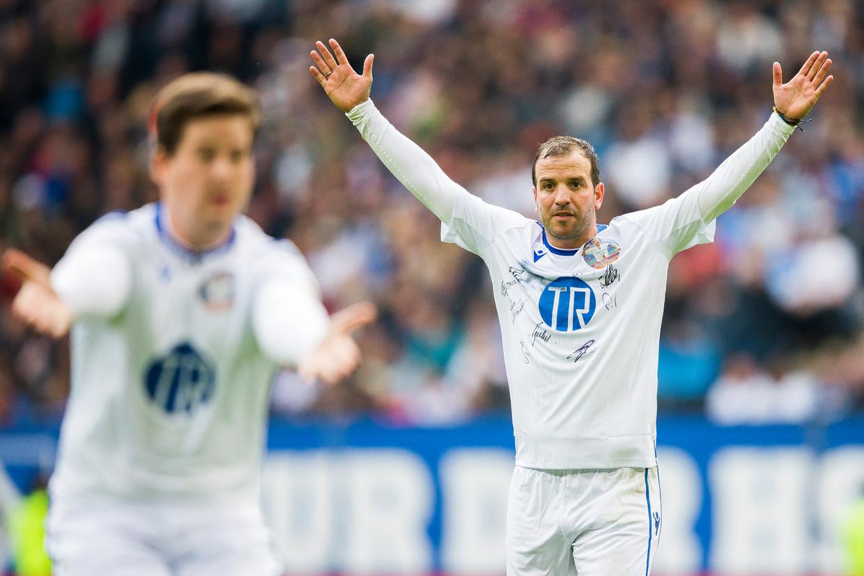 Rafael van der Vaart juicht na het scoren van een doelpunt tijdens zijn afscheid in het stadion van Hamburger SV. Beeld ANP