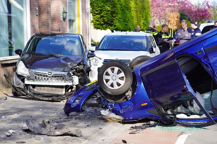 Auto ramt geparkeerde auto's en vliegt over de kop in Dongen