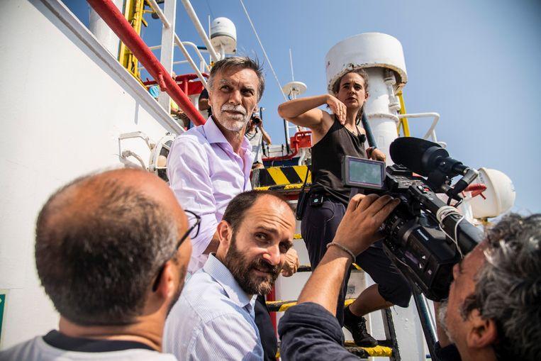 Politici en pers staan op de Sea Watch 3 van kapitein Rackete, voor Lampedusa. Beeld © Alessandro Serrano' / AGF/Ales