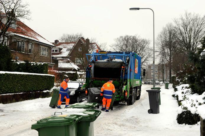 Het ophalen van huisvuil, hier op archiefbeeld, is in de hoge delen van Arnhem bij sneeuwval vaak een hele klus.