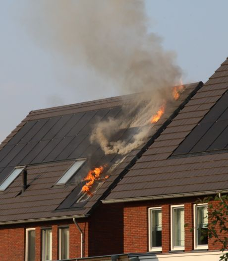 Zonnepanelen vatten vlam op dak van woning in Nijkerk