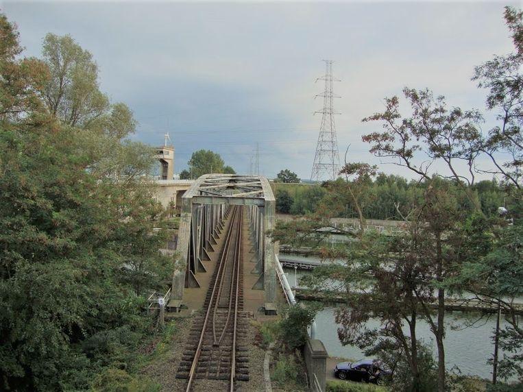 Demir vergunt nieuwe spoorwegbrug aan sluizencomplex in Genk.