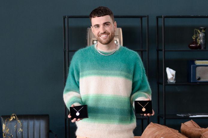 Duncan Laurence heeft het allereerste Eurovisie Songfestival-sieraad in ontvangst genomen.