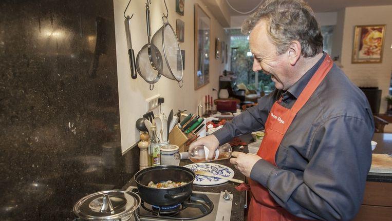 Onno kookt uit zijn eigen boek, maar moest er nou wel of geen ui in? Beeld Marc Driessen / www.marcdriessen.nl