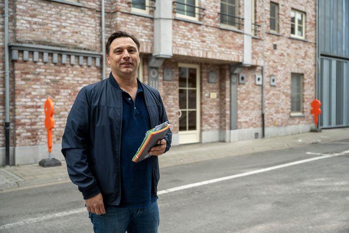 """Olivier Vandenghoer, één van de vroegere dj's van Ckomilfoo, aan de dancing van toen. Ondertussen zijn het appartementen geworden. """"Maar op een andere locatie plannen we een reünie"""", zegt hij."""