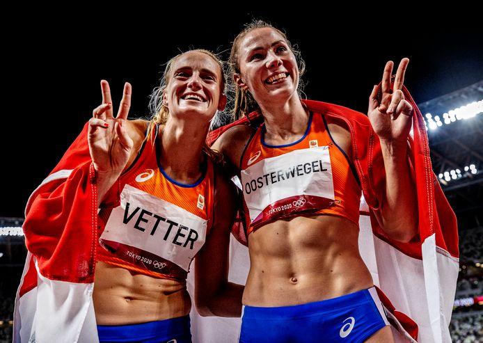 Anou Vetter (l) en Emma Oosterwegel vieren hun behaalde succes met zilver en brons op de zevenkamp.