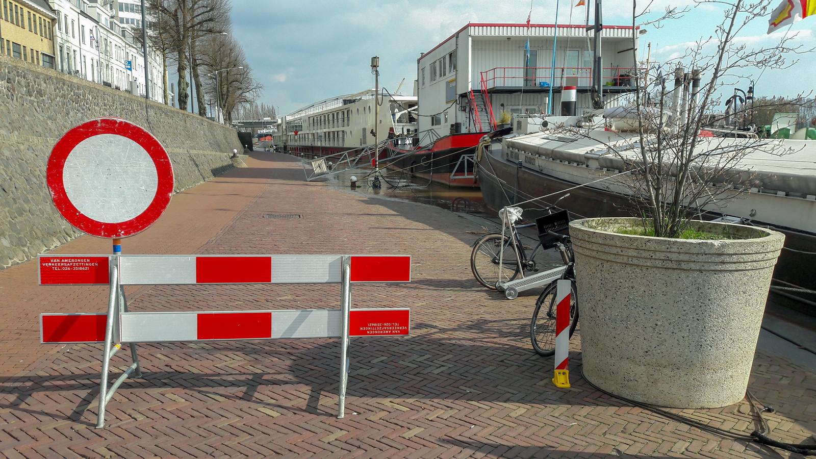 De afgesloten Rijnkade in Arnhem.