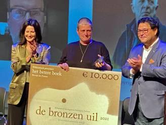 """Bronzen uil uitgereikt in Minardschouwburg. """"Eindelijk mag het weer zonder mondmasker"""""""