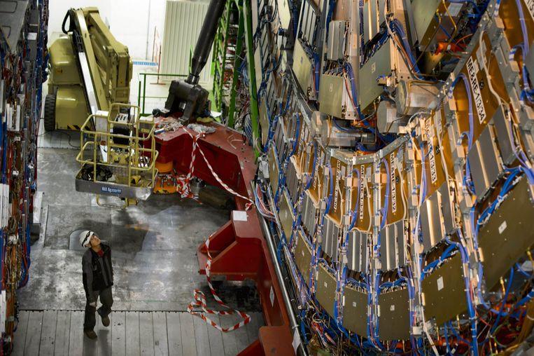 Een CERN-medewerker bij de deeltjesversneller in Genève. Beeld afp