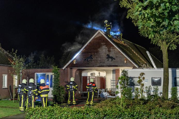 Via het dak ging de brandweer het vuur te lijf.