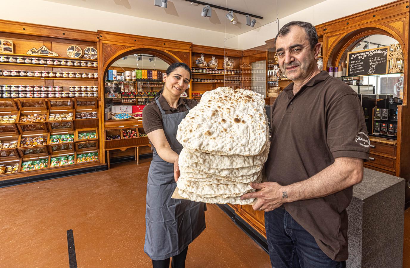 Anna en Artak  Yeghishyan in hun Armeense bakkerij aan de Assendorperstraat. De winkel opende vorige week haar deuren.