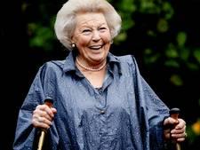 Beatrix verkent Saba met poncho en wandelstokken