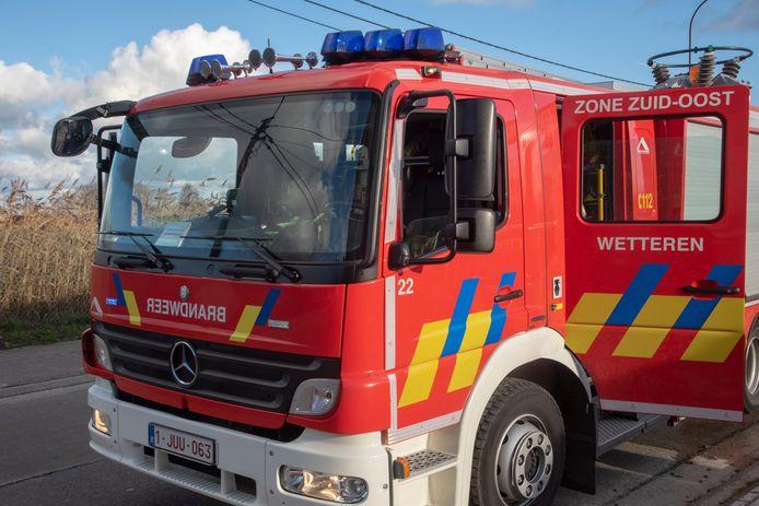 Illustratiebeeld : De brandweer van Wetteren kwam ter plaatse om de man van het het platte dak te halen.