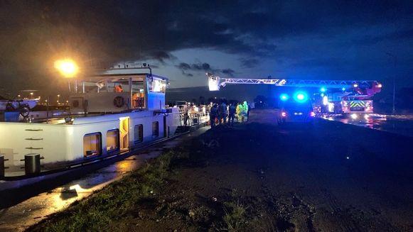 Het bemanningslid viel in het water in het Boudewijnkanaal.